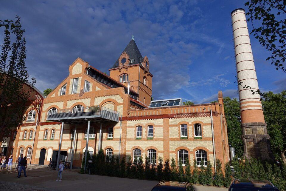 Bild des Alten Schlachthofs in Gießen von Westen, Backsteingebäude mit Uhrturm und Schornstein