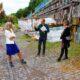 Rundgang auf Hofgut Schmitte: Landrätin Anita Schneider, Dr. Wolfgang Lust, Geschäftsführer der LBI Holding, und Charlotte Bairstow von der Unteren Denkmalschutzbehörde (v.l.n.r., Foto: Landkreis Gießen)